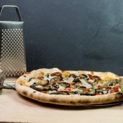 Photo d'une pizza aux aubergines et parmesan pour la formation de pizzaiolo de Marseille