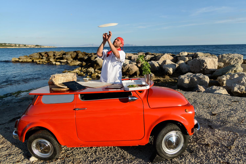 Portrait de Ludovic Bicchierai dans une voiture rouge en pizza acrobatique