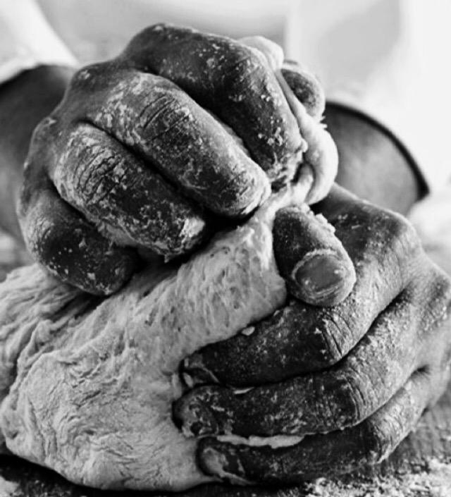 Photo en noir et blanc de la préparation de la pâte à pizza, formation de pizzaiolo de Marseille