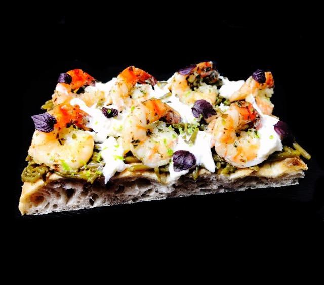 Photo d'une part de pizza aux crustacés par l'école de pizza CFNP